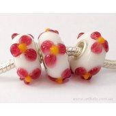 Бусина белая с малиновыми цветочками