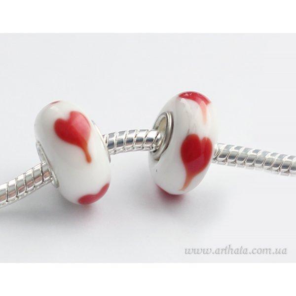 Бусина белая с красными сердечками